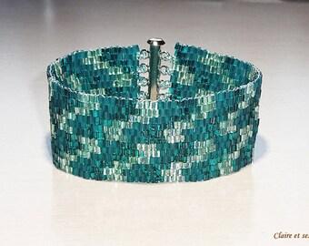 Bracelet exclusif en  billes de verre bleu sarcelle. Tissage peyote.  Manchette.