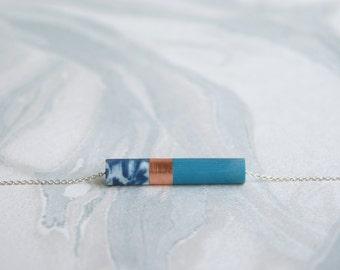 ALOÉ // pendentif en cuivre et résine marbré bleu marine et émeraude sur chaîne ou fil de jade