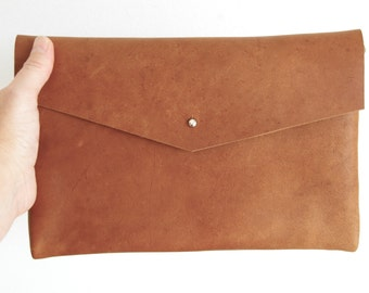 Small Leather Clutch in natural Camel Leather. Petit Meda. Handmade.
