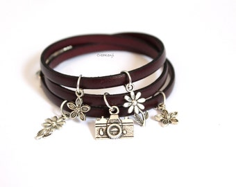 Poetic cuff in leather and charms bracelet