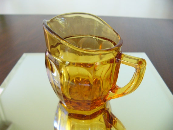 carafe en verre ambre cruche en verre petit vintage. Black Bedroom Furniture Sets. Home Design Ideas