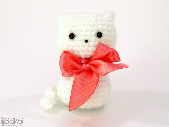 Kawaii Small Amigurumi: White Cat with Red Bow Crochet