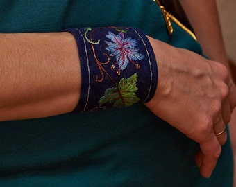 "Embroidered bracelet ""Bindweed"""