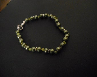 Olive pearls beaded bracelet w/chip peridot spacers.