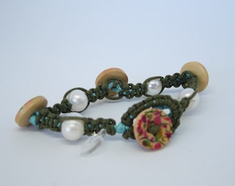 Bracelet hand-woven with pearls and buttons