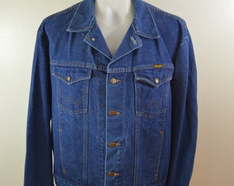 Vintage WRANGLER Denim Jean Jacket 4 pocket trucker coat Sz. Large made in USA 1960's 70's