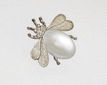 Vintage Pewter Tone White Moonglow Jelly Belly Insect Bee Brooch Pin (B-1-6)