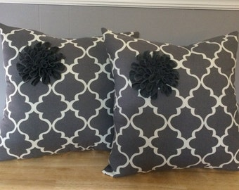 Set of two cotton pillows with felt flower, color gray and white