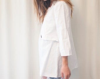 crisp white top, unique, 3/4 length sleeves, one size