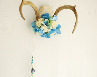 Deer Antlers Flowers & Beaded Chain - Wall Hanging Taxidermy Art 4 Point Rack Home Decor White Blue Green Hydrangea Jewelry Necklace Holder