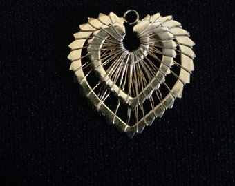Vintage 1970's Goldtone Wire Wrap Double Heart Pendant (ABx2A)
