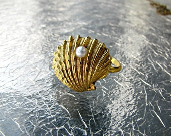Seashell Locket Ring, Signed ART, Adjustable Size, Gold Metal, Faux Pearl, Poison Ring, Clamshell, Arthur Pepper, Nautical, Beach, Summer