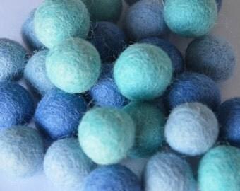50 balls of felt of 2cm 'Ocean'