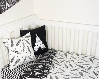 Black and white feahers head and arrows nursery set