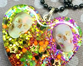 Skull Heart Glitter Pendant / Resin Halloween Jewelry / Halloween Skull Necklace / Colorful Halloween Pendant / Colorful Autumn Jewelry