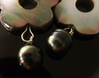 Mother-of-Pearl pendant and Tahiti cultured pearl earrings or