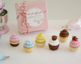 1:6  Play Scale Miniature Assorted Cupcakes with Pink Patisserie Cake Box for Blythe