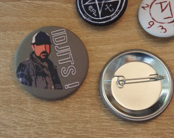 "Badge / Pin ""IDJITS"" - SUPERNATURAL / SPN / Bobby Singer / Jim Beaver"