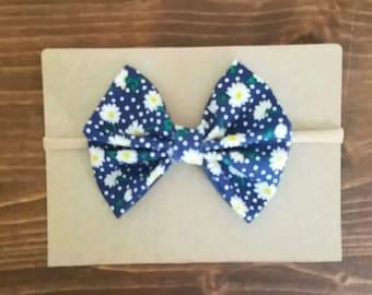 Daisy floral bow