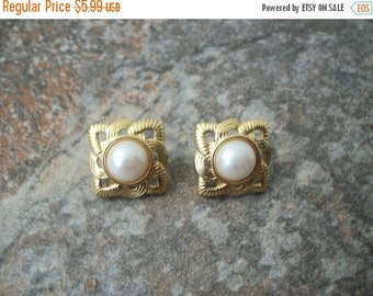 ON SALE Vintage Gold Tone Faux Pearl Earrings 1484