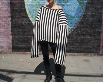 Oversized Black and White Striped Puffy Reversible Sweatshirt