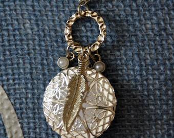 Aromatherapy necklace w/ leaf embellishment