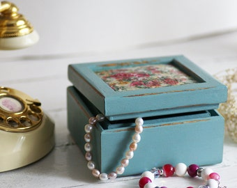 Shabby Chic small wood organizer, vintage jewelry storage recycled and hand-painted, chalk paint Annie Sloan