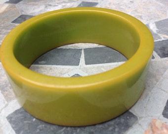 Vintage yellow/green Bakelite bangle bracelet