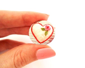 Heartshaped Vintage White Cake 1/12 scale Dollhouse Miniatures