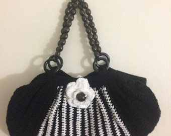 Pretty bag to crochet in black and white