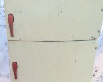 Vintage 1950s Wolverine Toy Fridge