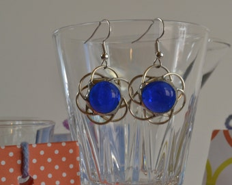 Earrings of glass and Tin. Blue flowers