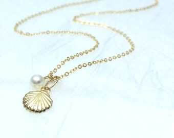 Dainty shell necklace Pearl and shell pendant Beach jewelry Dainty beach necklace