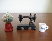 """Lot of 3 vintage dollhouse miniatures gumball & Singer sewing machine coffee mug """"Bobby"""""""