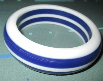Vintage MOD 60s White and Dark Blue Lucite Striped Chunky Bangle Bracelet