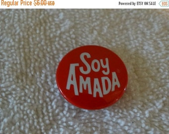 """Vintage Metal """"Soy Amada"""" Spanish Pin / Red & White Valentine Pin / Helzberg Diamonds / Sweet Tin Lithograph Pin / Love Quote / Button"""
