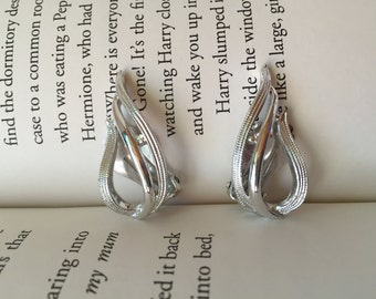 Chic Vintage Sarah Coventry Silver Tone Textured Clip-On Earrings Winter Holiday Christmas Party