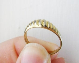 Vintage simple textured gold ring -size 7