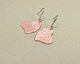 Hammered copper heart dangle earrings - ER574