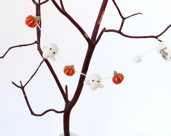 Miniature Halloween decor : needle felted ghost garland with felted orange pumpkins - horizontal garland, felt doll house