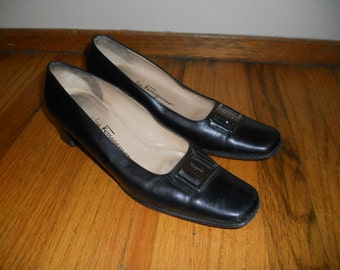 Vintage Salvatore Ferragamo Boutique Buckle Front black leather pumps size 8 1/2 AA (narrow) womens Made in Italy