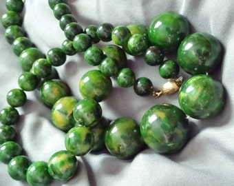 "30"" Vintage 1950s marbled green bakelite bead necklace 134 g"