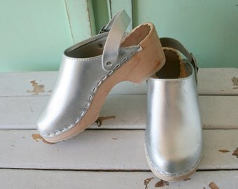 1980s SILVER CLOGS Leather Danish Shoes..toddler girls. girls shoes. strappy shoes. sandals. vintage shoes. clogs. folk. open backs. indie.