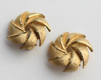 Vintage Signed BSK Goldtone Round Pinwheel Starburst Star Burst Flower Gold Tone Retro Clip On Earrings with METAL WEAR