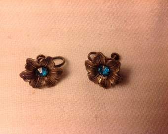 Great vintage screw back earrings blue