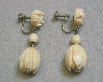 1940s Vintage Carved Pikake Bead Screwback Earrings