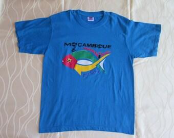 Hand made Blue t shirt for men and women/ De t-shirts van Mozambique/ T shirt hand made in Mozambique/ Magliette da Mozambico