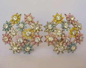 Vintage Plastic Flower Button Earrings Pastel Pink Blue Yellow Clear Rhinestones Gold Tone Metal Clip On Earrings Round Floral Lightweight