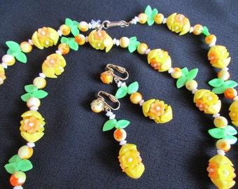 vintage 1960's Summer fun demi parure PLASTIC FLOWER necklace and Dangle earrings SET Jd4-104