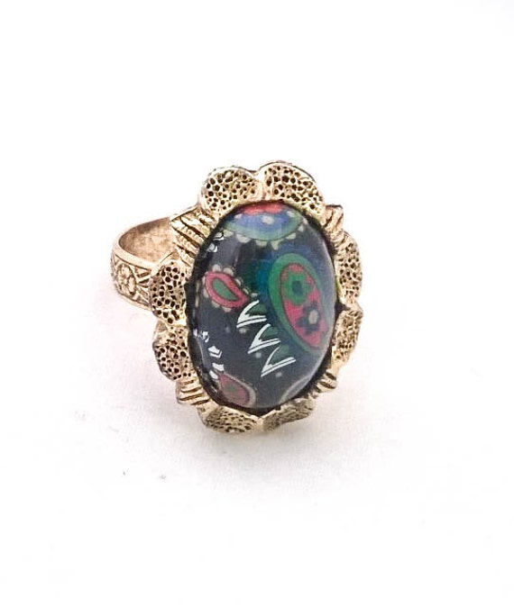 Vintage gold tone filigree flower etched adjustable band ring with black glass paisley cameo cabochon